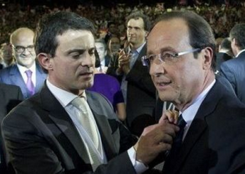 Valls aux petits soins pour Hollande s'affaire sur son noeud de cravate: voyez le regard lubrique et le sourire grivois de Moscovici à l'arrière plan...