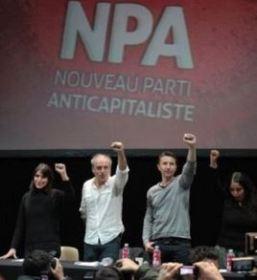 Philippe Poutou (c) et Olivier Besancenot (3e) lors d'une réunion du NPA durant la campagne présidentielle, le 12 avril 2012 à Paris