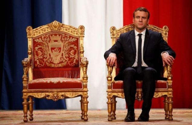 blog -Macron souverain sur trone
