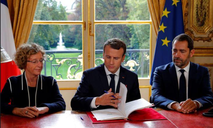 blog -Penicaud a droite de Macron-signature des ordonnaces.JPG